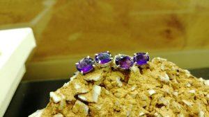 Metal : Silver Stone : Amathyst Type : Earing Weight : 1.12 g 紫晶銀耳環 宝石 :紫晶 颜色 : 紫色 透明 : 好透明 金属:银 重量:1.12 克