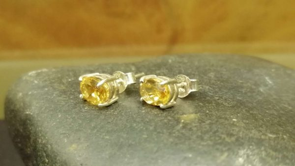 Metal : Silver Stone : Citrine Type : Earing Weight : 1.79 g 黄水晶銀耳環 宝石 :黄水晶 颜色 : 黄色 透明 : 好透明 金属:银 重量: 1.79 克