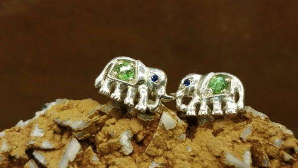 Metal : Silver Stone : Peridot, Blue Sapphire Type : Earing Weight : 3.02 g 橄榄石, 蓝宝石銀耳環 宝石 :橄榄石, 蓝宝石 颜色 : 绿色, 蓝色 透明 : 好透明 金属:银 重量:3.02 克