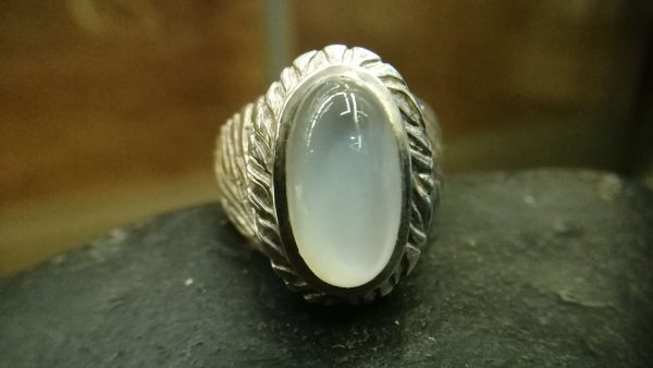 Metal : Silver Stone : Moonstone Type : Ring Weight : 13.40 g 月亮石銀介指 宝石 : 月亮石 颜色 : 白色 透明 : 好透明 金属:银 重量:13.40 克