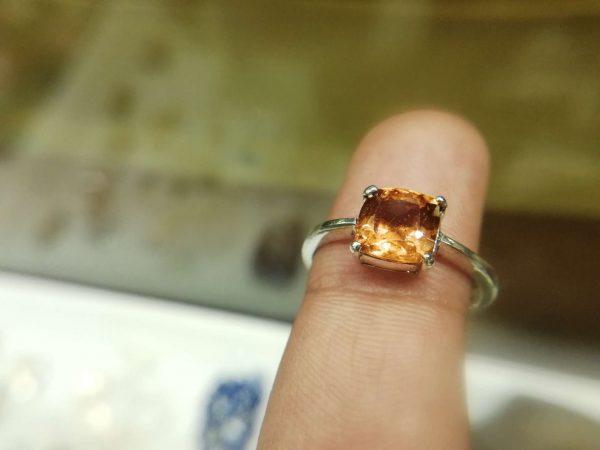 Metal : Silver Colour : Orange Stone : Hassonite garnet Type : Ring Weight : 2.41 g 肉桂石銀介指 (石榴石) 宝石 :肉桂石 (石榴石) 颜色 : 橙色 透明 : 好透明 金属:银 重量:2.41 克
