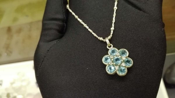 Metal : Silver Stone : Blue Topaz Type : Necklace Weight : 8.57 g 蓝色托百石銀項鍊 宝石 :蓝色托百石 颜色 : 蓝色 透明 : 好透明 金属:银 重量 : 8.57 克