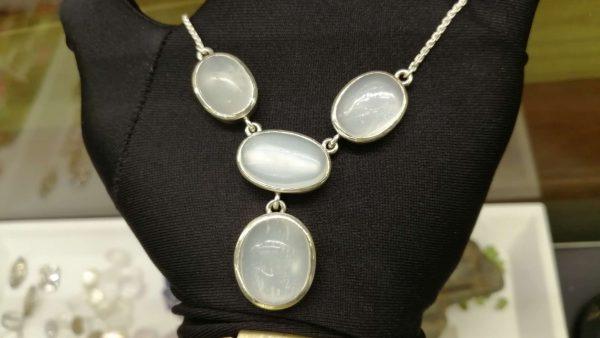 Metal : Silver Stone : Moonstone Type : Necklace Weight : 25.56 g 月亮石銀項鍊 宝石 : 月亮石 颜色 : 白色 透明 : 好透明 金属:银 重量:25.56 克