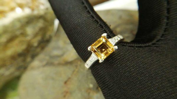 Metal : Standard 925 Silver Colour : Yellow Stone : Citrine Type : Ring Weight : 3.27 g 黄水晶銀介指 宝石 : 黄水晶 颜色 : 黃色 透明 : 好透明 金属:銀 重量:3.27 克