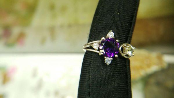 Metal : Silver Stone : Amathyst, White Topaz Type : Ring Weight : 3.28 g 紫晶, 白色托百石銀介指 宝石 :紫晶, 白色托百石 颜色 : 紫色, 白色 透明 : 好透明 金属:银 重量:3.28 克