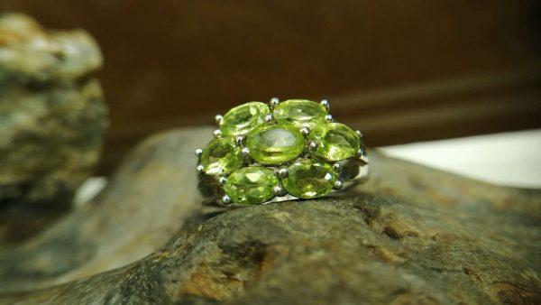 Metal : Silver Stone : Peridot Type : Ring Weight : 4.44 g 橄榄石銀介指 宝石 :橄榄石 颜色 : 绿色 透明 : 好透明 金属:银 重量:4.44 克