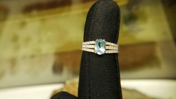 Metal : Silver Stone : Blue Topaz Type : Ladies Ring Weight : 2.52 g 蓝色托百石銀介指 宝石 :蓝色托百石 颜色 : 蓝色 透明 : 好透明 金属:银 重量 : 2.52 克