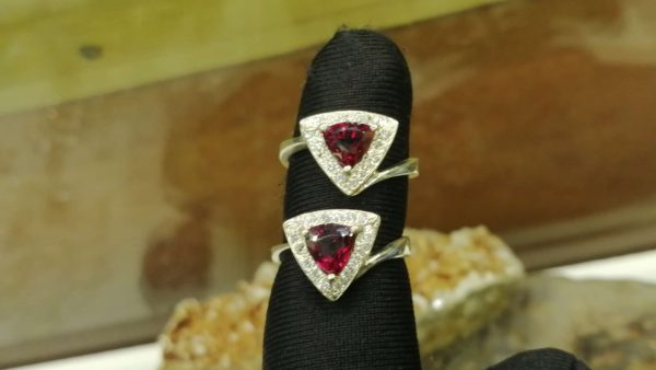Metal : Standard 925 Silver Colour : Red Stone : Garnet Weight : 3.35 g Type : Ring 石榴石銀介指 宝石 : 石榴石 颜色 : 红色 透明 : 好透明 金属:银 重量:3.35 克