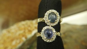 Metal : Standard 925 Silver Colour : Blue Stone : Blue Sapphire Type : Ladies Ring Weight : 4.61 g 蓝宝石銀介指 宝石 : 藍寶石 颜色 : 蓝色 透明 : 好透明 金属:銀 重量:4.61 克