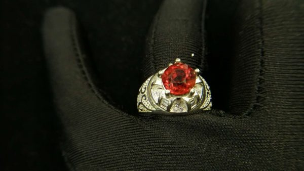Metal : Silver Colour : Orange Stone : Hassonite garnet Type : Ring Weight : 7.11 g 肉桂石銀介指 (石榴石) 宝石 :肉桂石 (石榴石) 颜色 : 橙色 透明 : 好透明 金属:银 重量:7.11 克