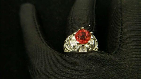 Metal : Silver Colour : Orange Stone : Hassonite garnet Type : Ring Weight : 7.11 g 肉桂石銀介指 (石榴石) 宝石 :肉桂石 (石榴石) 颜色 : 橙色 透明 : 好透明 金属:银 重量:7.11 克