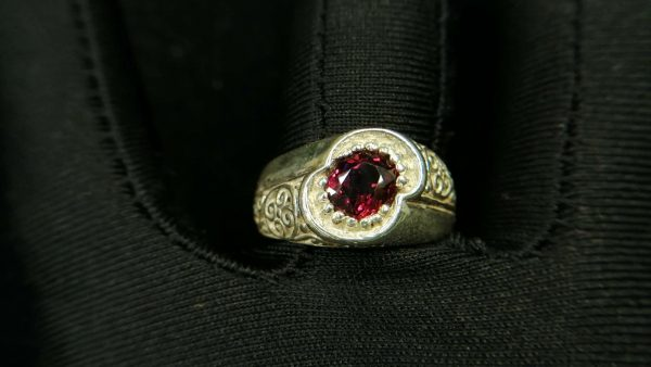 Metal : Standard 925 Silver Colour : Red Stone : Garnet Weight : 8.63 g Type : Ring 石榴石銀介指 宝石 : 石榴石 颜色 : 红色 透明 : 好透明 金属:银 重量:8.63 克