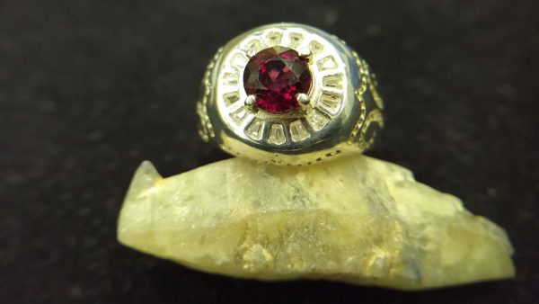 Metal : Standard 925 Silver Colour : Red Stone : Garnet Weight : 6.65 g Type : Ring 石榴石銀介指 宝石 : 石榴石 颜色 : 红色 透明 : 好透明 金属:银 重量:6.65 克