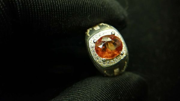 Metal : Silver Colour : Orange Stone : Hassonite garnet Type : Ring Weight : 6.74 g 肉桂石銀介指 (石榴石) 宝石 :肉桂石 (石榴石) 颜色 : 橙色 透明 : 好透明 金属:银 重量:6.74 克