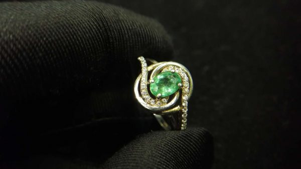 Metal : Standard 925 Silver Colour : Green Stone : Emerald Weight : 2.88 g Type : Ring 绿宝石銀介指 宝石 : 绿宝石 颜色 : 绿色 透明 : 好透明 金属:银 重量:2.88 克