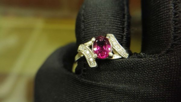 Metal : Standard 925 Silver Colour : Purplish Pink Stone : Garnet Weight : 2.79 g Type : Ring 石榴石銀介指 宝石 : 石榴石 颜色 : 紫色粉红色 透明 : 好透明 金属:银 重量:2.79 克