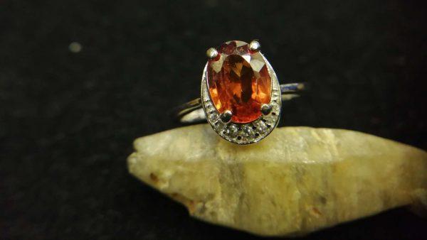 Metal : Silver Colour : Orange Stone : Hassonite garnet Type : Ring Weight : 3.72 g 肉桂石銀介指 (石榴石) 宝石 :肉桂石 (石榴石) 颜色 : 橙色 透明 : 好透明 金属:银 重量:3.72 克
