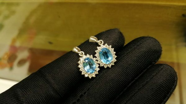 Metal : Silver Stone : Blue Topaz Type : Pendant Weight : 1.57 g 蓝色托百石銀吊飾 宝石 :蓝色托百石 颜色 : 蓝色 透明 : 好透明 金属:银 重量 : 1.57 克