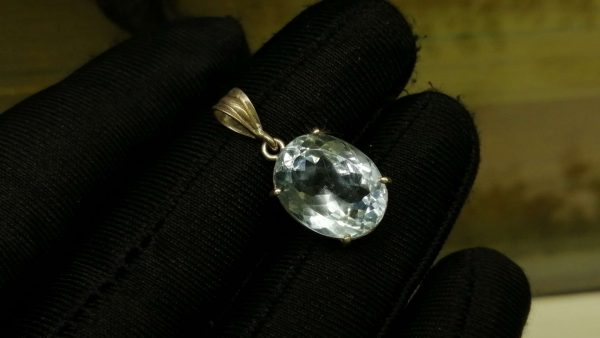 Metal : Silver Stone : Blue Topaz Type : Pendant Weight : 3.01 g 蓝色托百石銀吊飾 宝石 :蓝色托百石 颜色 : 蓝色 透明 : 好透明 金属:银 重量 : 3.01 克