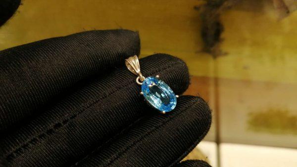 Metal : Silver Stone : Blue Topaz Type : Pendant Weight : 1.88 g 蓝色托百石銀吊飾 宝石 :蓝色托百石 颜色 : 蓝色 透明 : 好透明 金属:银 重量 : 1.88 克