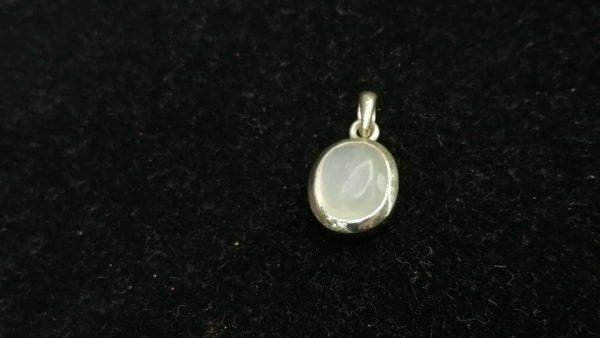 Metal : Silver Stone : Moonstone Type : Pendant Weight : 2.90 g 月亮石銀吊飾 宝石 : 月亮石 颜色 : 白色 透明 : 好透明 金属:银 重量:2.90 克