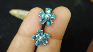 Metal : Silver Stone : Blue Topaz Type : Earing Weight : 3.49 g 蓝色托百石銀耳環 宝石 :蓝色托百石 颜色 : 蓝色 透明 : 好透明 金属:银 重量 : 3.49 克