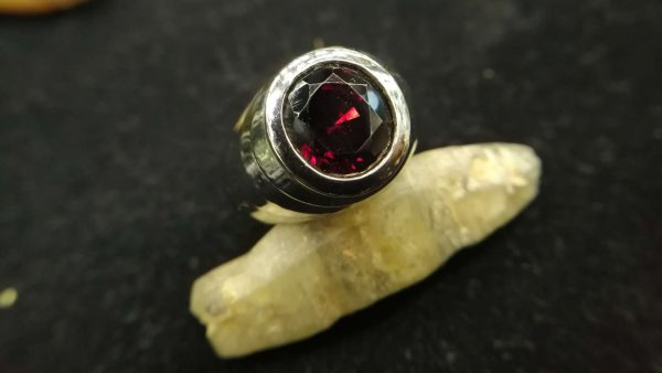 Metal : Standard 925 Silver Colour : Red Stone : Garnet Weight : 11.88 g Type : Ring 石榴石銀介指 宝石 : 石榴石 颜色 : 红色 透明 : 好透明 金属:银 重量:11.88 克