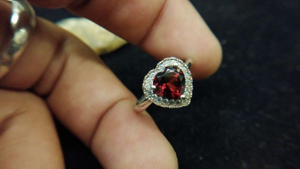 Metal : Standard 925 Silver Colour : Red Stone : Garnet Weight : 2.73 g Type : Ring 石榴石銀介指 宝石 : 石榴石 颜色 : 红色 透明 : 好透明 金属:银 重量:2.73 克