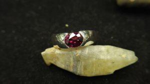 Metal : Standard 925 Silver  Colour :  Red  Stone : Garnet   Weight : 6.12 g  Type : Ring    石榴石銀介指  宝石 : 石榴石  颜色 : 红色  透明 : 好透明   金属:银  重量:6.12 克