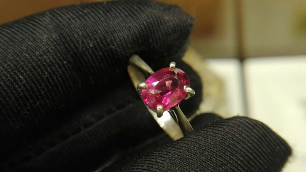 Metal : Standard 925 Silver Colour : Red Stone : Garnet Weight : 3.12 g Type : Ring 石榴石銀介指 宝石 : 石榴石 颜色 : 红色 透明 : 好透明 金属:银 重量:3. 12 克