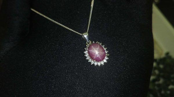Metal : Standard 925 Silver Colour : Red Stone : Star Sapphire Type : Necklace Weight : 3.42 g 星光红宝石銀項鍊 宝石 : 星光红宝石 颜色 : 红色 透明 : 好透明 金属:銀 重量:3.42 克
